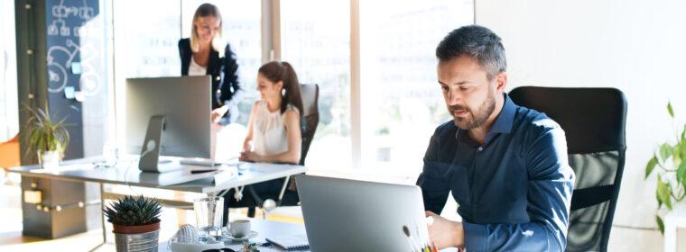 Employés avec ordinateurs sécurisés dans une entreprise wallonne 1
