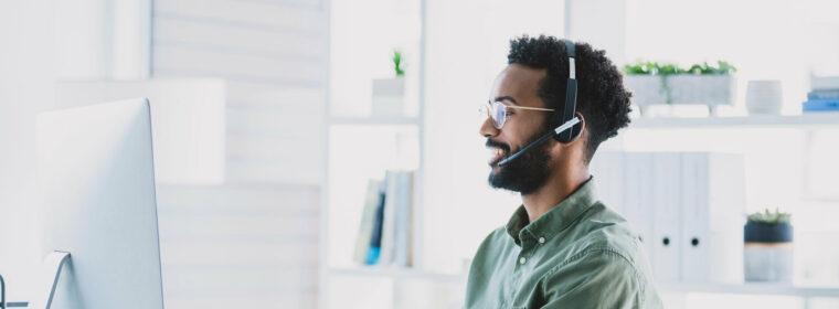 Un helpdesk officer répondant à un appel
