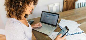 Une utilisatrice faisant sa comptabilité avec une authentification 2 facteurs