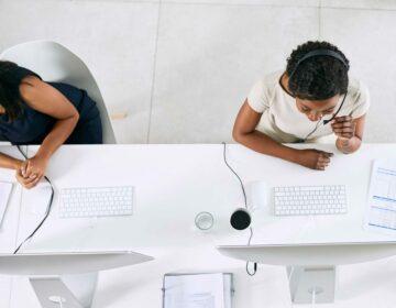 Deux collaboratrices en communication téléphonique