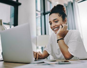 Une collaboratrice en télétravail sur son ordinateur