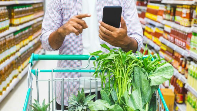 Utilisateur mobile en supermarché