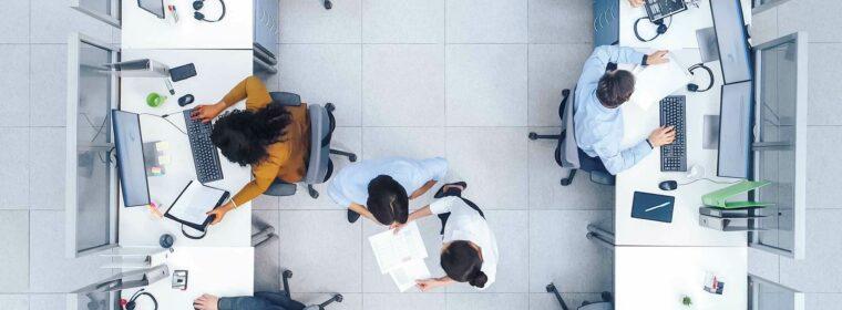 Vue du dessus de collaborateurs travaillant en open space