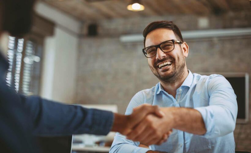 Poignée de mains entre un client et un collaborateur